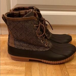 Shoes - New Boutique Duck boots